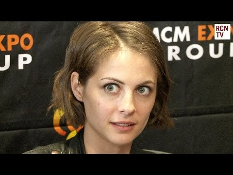 Arrow Crossovers & Suicide Squad  - Willa Holland Interview