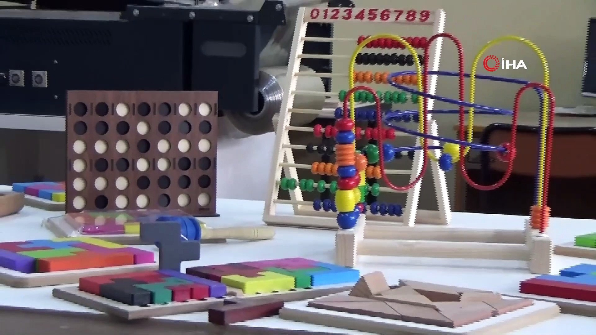 Bu okul fabrika gibi çalışıyor...Okulda ahşap oyuncak imal ediyorlar