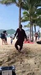 Un homme danse sur la plage