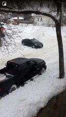 Comment débloquer une voiture coincée dans la neige