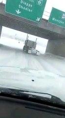 Canada : il drifte en camion sur une route enneigée