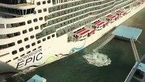 Un navire coule deux plateformes damarrage dans un port