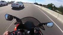 Le conducteur d'une BMW veut faire la course avec une moto sur l'autoroute mais ça finit mal