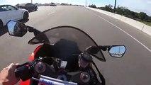 Une BMW et une moto font la course sur une autoroute (Instant Karma)