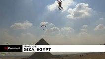 Voler au-dessus des pyramides égyptiennes...