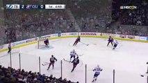 Un palet de hockey frôle la tête d'un commentateur