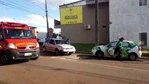 Carros batem e mulher fica ferida na Rua JK