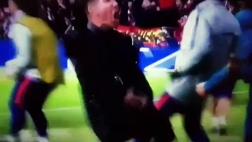 Il gestaccio di Simeone ai tifosi della Juventus dopo il primo gol
