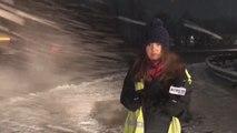 Un chasse-neige envoie de la neige sur une journaliste