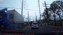 Un routier arrache tous les fils électriques de la rue avec son camion