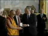 El Dalai Lama recibe de manos de George Bush la Medalla de Oro del Congreso