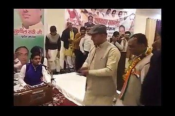 Congress party workers shower currency notes on Congress leader Virendra Rawat at tribute ceremony in Roorkee organised by the Party for the CRPF soldiers who lost their life in Pulwama terrorist attack