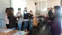 Les élèves du collège Léo-Ferré d'Ambrières-les-Vallées répètent leur reprise en langue des signes de Patrick Bruel