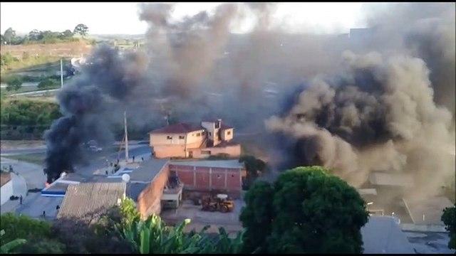 Em protesto, moradores em Cariacica ateiam fogo em pneus em Rio Marinho