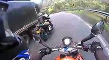 Quand un cycliste double 2 motards dans une descente... Dingue