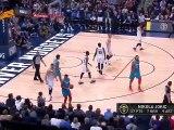 Russell Westbrook bousculé par un jeune fan des Nuggets