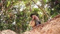 Il construit une maison piscine à mains nues dans la forêt sans outils !
