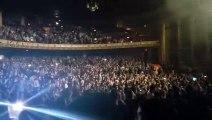 Des milliers de spectateurs chantent Queen pendant le changement de scène entre 2 artistes