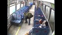 Un papa laisse son bébé dans le train et va fumer une cigarette - le train part sans lui !