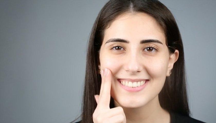 تقنيّة تنظيف الوجه بزيت جوز الهند لبشرة مشرقة ونضرة