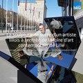 Un artiste lillois installe une sculpture de verre à l'entrée de la foire d'art contemporain Art Up