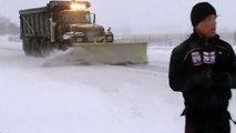 Ce pauvre journaliste se prend une vague de neige en direct...
