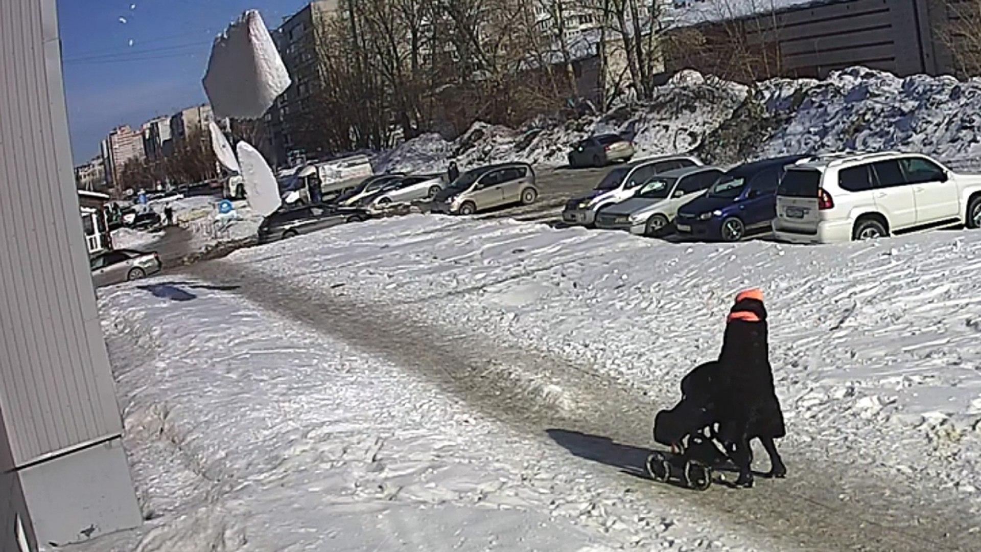 Moeder en baby bijna door groot vallend pak sneeuw geraakt