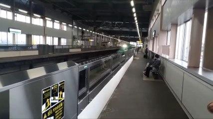 Un train à grande vitesse traverse une gare - Japon