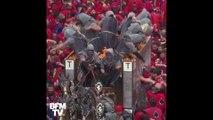 Ces carnavaliers italiens s'affrontent dans une gigantesque bataille d'oranges