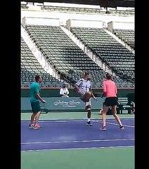 Petra Kvitova gioca a calcio ad Indian Wells (credit @BNPPARIBASOPEN)