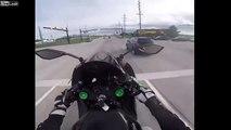 Ce motard fait n'importe quoi... et finit par se prendre une voiture à pleine vitesse !