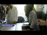 مدير صيدلية وحدة صحية تخرج تذاكر صرف الأدوية من حقيبتها لمحافظ أسيوط