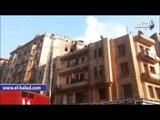 لحظة سيطرة سيارات الإطفاء على حريق عقار بمنطقة الحسين