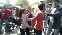 युवती ने मनचले की बीच सड़क की जमकर पिटाई, कई दिनों से कर रहा था परेशान