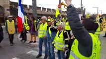 Les Gilets jaunes chantent rue de la République à Avignon.