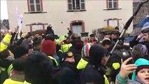 Besançon : les gilets jaunes entonnent une chanson devant la prison