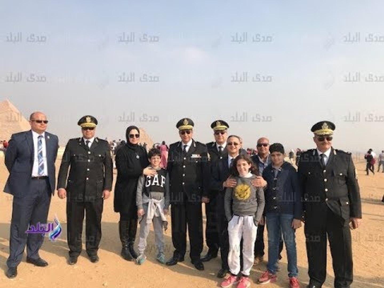 صباح البلد - شرطة السياحة تصطحب أسر الشهداء في جولة بالمنطقة الأثرية بالهرم