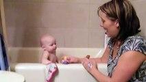Ce bébé adorable chante une chanson avec maman : Old McDonald