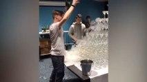 Un serveur fait tomber la tour de verres de champagne !