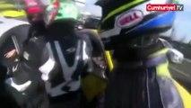 Ce motard devient fou à cause d'un conducteur qui le serre sur la barrière de sécurité !