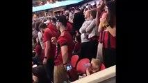 Ce papa a trouvé la technique pour garder sa fille calme à un match de foot