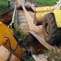 Ils ont essayé de faire passer un grand tracteur depuis un pont mal construit et ça a mal fini