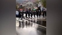 Ils traversent la route en dansant le Khorumi - Georgie