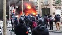 """""""Ils sont en train de mettre le feu à la banque"""" : une femme et son bébé sauvés des flammes au cours de la manifestation des """"gilets jaunes"""" à Paris"""
