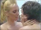 Perihan Savaş çılgınlar gibi öpüşüyor!