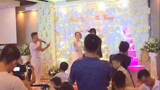 Chàng trai hát trong đám cưới người yêu