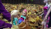 Jouer dans les FEUILLES! Elsa et Anna, les tout-petits ont le plaisir de sauter dans les feuilles!