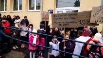 Des parents d'élèves bloquent l'accès de l'école Langevin-Wallon