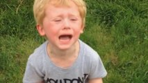 Un petit garçon énervé d'avoir marché dans une crotte de chien