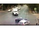 Au volant de sa Porsche il tente un délit de fuite après avoir percuté une voiture mais se rate complètement